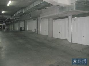 Wemmel, Markt, Residentie Forum, gesloten garagebox met elektrische poort. Onmiddellijk beschikbaar.<br /> <br /> Contacteer Square Estate voor meer i