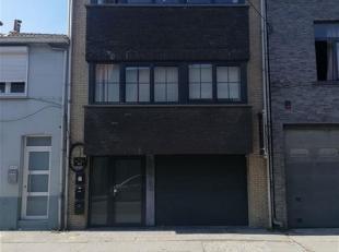 In de aangename faciliteiten gemeente van Wemmel, ruime duplex met twee slaapkamers gelegen op de tweede en derde verdieping van een klein gebouw zond