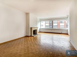 Laeken, appartement op de vierde verdieping van een klein gebouw met lift, bestaande uit een inkomhal met een gerantserde deur, een lichtrijke living,