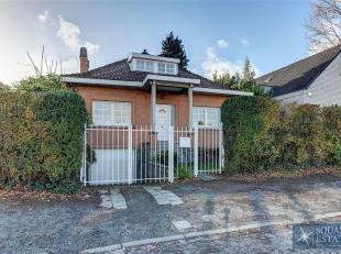 Wemmel, Parklaan, kleine villa gelegen in een woonwijk dicht bij alle faciliteiten. Het bestaat op de gelijkvloers uit een inkomhal met apart toilet,