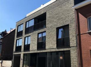 Wemmel, dichtbij de Markt, op de tweede verdieping van een nieuwbouw constructie met lift, appartement bestaande uit een inkomhal met apart toilet, ee