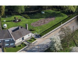 ZAT 16/2 BEZOEKDAG OP AFSPRAAK 0488.85.81.84 Prachtige villa op 2917m² met mooie aangelegde tuin, terras, vijver en boomgaard! Gelegen in een rus