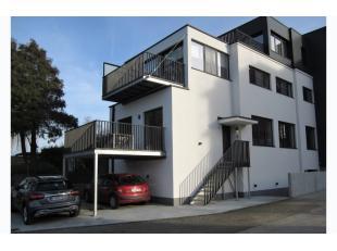 ZATERDAG 23/2 1ste BEZOEKDAG OP AFSPRAAK 0488/85.81.84 Prachtig 2 slaapkamer-appartement van 110m² met terras 13m² en 2 staanplaatsen. Geleg