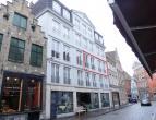 Ruim appartement te huur op de 2e verdieping met 2 slaapkamers in centrum Brugge.<br /> <br /> Indeling: <br /> 2°V.: woonkamer (34m²) in teg