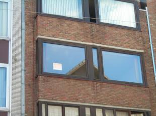 Mooi appartement, op de derde verdieping, in het centrum van Genk (er is een lift aanwezig). Vlakbij Shoppingcentra I & II. In de badkamer en het toil