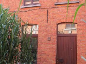Charmante woning in prachtig gerenoveerd beluik. Ideale ligging vlakbij centrum Gent en nabij invalswegen. Woning met gelijkvloers en 2 verdiepingen,