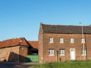 TE RENOVEREN gesloten hoeve met woonhuis uit de tweede helft van de 19de eeuw en dienstgebouwen met oudere kern, gebouwen gegroepeerd rondom een erf m