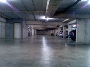 Ondergrondse autostaanplaats in de buurt van gasthuisberg, afgesloten door sectionale poort.
