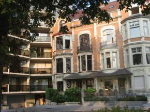 Prachtig gelegen herenhuis te huur aan het Prinses Stefanieplein te Oostende, 4 slaapkamers, 2 badkamers, vernieuwde keuken en badkamer, onmiddellijk