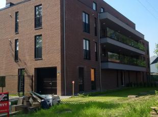 Nieuwbouwappartement bestaande uit:<br /> <br /> •Inkomhal, living met ruim aangrenzend terras (3 x 4 m), geïnstalleerde keuken (koelkast - vaatwasser