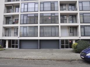 INSTAPKLAAR volledig gerenoveerd appartement. Je komt binnen via de gepantserde veiligheidsdeur in de centrale hall. Ingerichte keuken met toestellen(