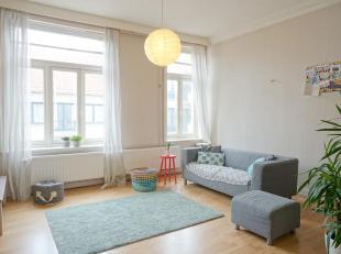 Dit prachtig ruim en zonnig appartement is gelegen op wandelafstand van de zee en het strand. Het appartement straalt het gevoel uit van een woning. <