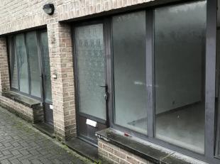 1 praktijkruimte (2 studio's geregulariseerd tot 1 praktijkruimte), vergund, kan ook voor vrij beroep of kantoor, 56 m².  2 ingangen met elk 2 kamers
