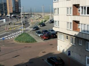 Gezellige duplex flat met zijdelings zeezicht. 50m van dijk en strand. 3de verdieping: inkom, ingebouwd keukenblok (volledig afsluitbare wand), eettaf