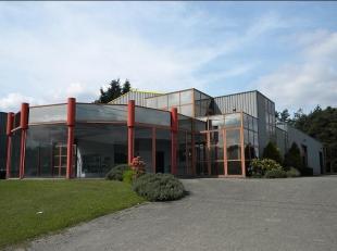 POLYVALENT BEDRIJFSGEBOUW gelegen op het industrieterrein aan het Klaverblad te Lummen met zeer vlotte bereikbaarheid naar Brussel, Antwerpen, Luik en