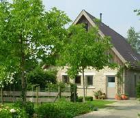 Uitzonderlijk rustig en groen gelegen hoevetje, landelijke woning,  in goede staat, op 66,4  are, op 3 km van Proven / Krombeke en op 7 km van Poperin
