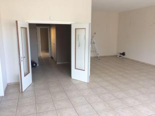 Ruim 2-slaapkamer appartement met veel lichtinval. 2 badkamers en 2 aparte wc's. <br /> <br /> Slaapkamer 1 is +/- 16 m2 met aangrenzende dressing (4m