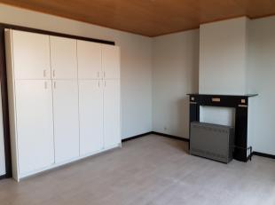 appartement op de eerste en tweede verdieping, living met ingemaakte kasten. Recente keuken. Verwarming op aardgas, gaskachels aanwezig.<br /> Onmidde