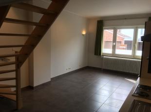 Gezellig duplexappartement te huur met 2 slaapkamers, badkamer (bad + douche), apart toilet, open keuken, woonkamer, en berging (kelder),… Gelegen in