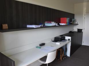 Nieuwe, modern ingerichte studentenkamer met terras. Heel veel natuurlijk licht. Eigen badkamer met douche/wc. Tweepersoonsbed en eigen frigo. Gemeens