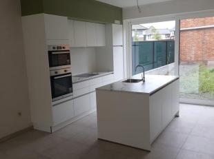 Het gelijkvloerse appartement van 143 M² biedt een zee aan ruimte met een leefruimte van bijna 60 m² met directe toegang tot het zeer ruime zuidelijk