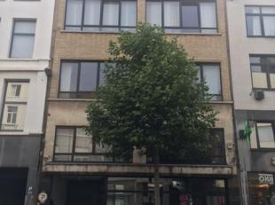 1 slaapkamer appartement op 1ste verdieping, gelegen op het bruisende Zuid. Living, inkomhal, keuken, tussenplaats, badkamer met douche en toilet, sla