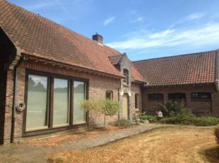 Ruim landhuis, grote veranda met veel natuurlijke lichtinval, bovenverdieping met eigen living, gezellige tuin met aansluitende weide met 2 vergunde p