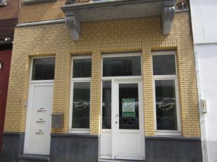 Vernieuwde commerciële ruimte aan het station Gent Sint-Pieters. Oppervlakte = 35m².  Keuken en toilet aanwezig. Momenteel verhuurd als saladebar, maa