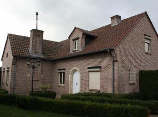 Gerenoveerd (2009) landhuis, rustig gelegen in Schakkebroek. Met mooie ruime open keuken met granieten werkbladen, keukentoestellen merk AEG extra gro