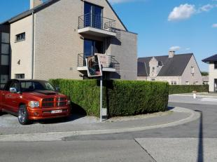 App is rustig gelegen op 15 min van Maastricht , Lanaken , Autostrade E313 .<br /> Duplex app van 90m²  bevat grote living met aparte  keuken , met gr