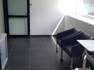 Kantoorruimte, 18m2; goed bereikbaar, inclusief parkeerplaats<br /> Prijs huur is incl. elektriciteitskosten