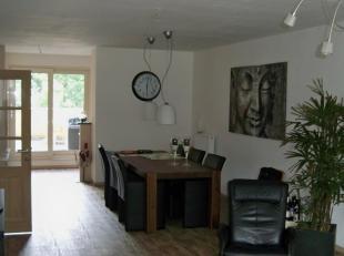 Luxe appartement met 2 slaapkamers en ruime woonkamer met aansluitende keuken en berging . Badkamer met douche ,bad en dubbele wastafel. Groot terras