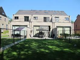 Gewoon inpakken en verhuizen, meer hoef je niet te doen wanneer je deze energiezuinige nieuwbouwwoning uit 2012 koopt! Deze gesloten bebouwing telt ma