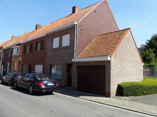 Centraal gelegen woning te Rekkem. Op slechts 10 minuutjes van Kortrijk en Menen. Instapklaar maar her en der op te frissen. Voorzien van garage en zo