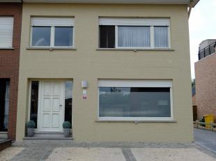instapklare gezinswoning met op het gelijkvloers inkomhal, living (salon & eetkamer),ruime keuken, koele berging, wasplaats en toilet. Op de bovenverd