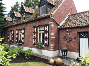 Prachtig gerenoveerde, goed onderhouden hoeve met bijgebouwen en park tuin van 35 are.<br /> Het hoofdgebouw heeft een ruime inkom met toilet, een bur