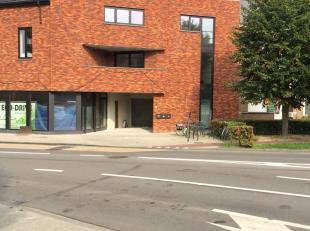 Exclusief nieuwbouwappartement te huur. Het appartement is momenteel in afwerkingsfase en omvat: gelijkvloers: inkom + inpandige autostaanplaats; verd