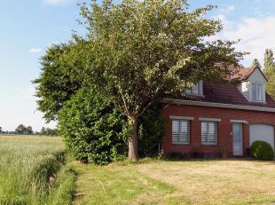Charmante villa, op te knappen (bouwjaar 1980), rustig gelegen en mooi uitzicht (GEEN IMMO)<br /> INDELING: Gelijkvloers: Inkomhal met trap en toilet.