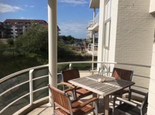 Mooi, functioneel en zonnig hoekappartement met twee Zuid-West geörienteerde terrassen. Vlakbij (150m) het strand van Oostduinkerke, in een gegeerde r