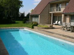 Instapklare statige villa met prachtige tuin en zwembad, op een ruim perceel van 1980 m². Deze sfeervolle villa, ingericht met kwaliteitsvolle materia