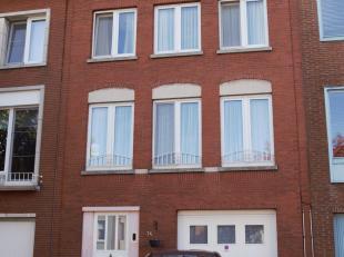 Mooie bel-etage gelegen in een rustige straat te Deurne. De woning beschikt over een grote oprit waar plek is voor een wagen, fiets, moto.. Op de geli