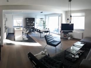 Nieuwbouw appartement (2016) in Leuvense rand. Het appartement is gelegen op de eerste verdieping. We komen binnen in de inkomhal met vestiaire en toi