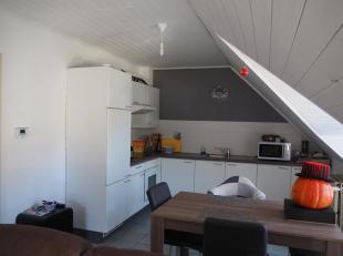 Appartement op 2de verdiep met ingerichte keuken, living, badkamer met douche, plaats voor wasmachine en droogkast, 2 slaapkamers en bergruimte.<br />
