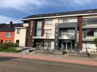 Indeling: <br /> <br /> GVL (opp. 557 m²) met terras (opp. 68 m²): commerciële ruimte<br /> <br /> Verdiep 1 (opp. 264 m²): 8 hotelkamers met individu