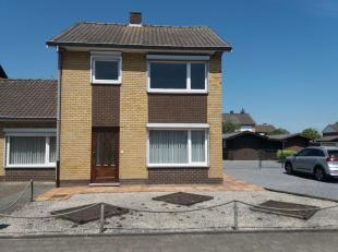 Te koop : Zonnige halfopen woning met 3 slaapkamers, tuin en afzonderlijke garage,      op een grondoppervlak van 589m². Rustig gelegen in een doodlop