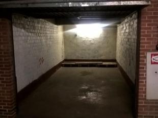 Garagebox op-1. Poort manueel te bedienen, doch toegang tot garagecomplex op -1 via afstandbedening. Verlichting en twee stopcontacten aanwezig in box