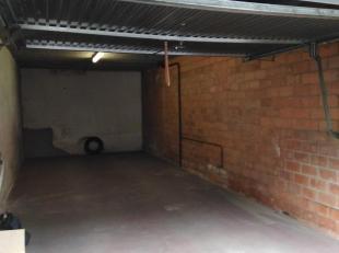 Private garage/magazijn met manuele kantelpoort adres is Meetingstraat 11 2060 Antwerpen aan het Stuivenberg. Vaste prijs 285 euro per maand. Mogelijk