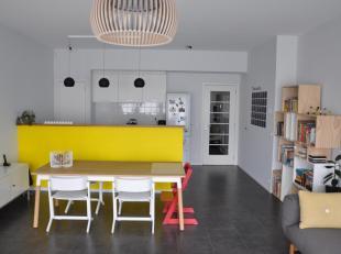 Prachtig gelijkvloers appartement van 125 m² met een zonnige tuin van 100 m². Mooi en rustig gelegen langs het kanaal, naast een park, vlak bij de kle