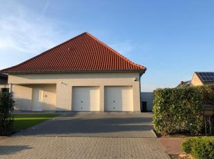 Mooie, residentieel gelegen Villa te Alken. Op het gelijkvloers is er een ruime inkomhal met toilet en lavabo waarna een dubbele deur ons toegang geef