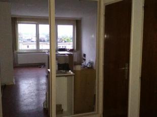 Dit appartement omvat inkomhall, ruime living 30m2, keuken, apart toilet, badkamer met bad, 1 grote en 1 kleine slaapkamer. Individuele CV, elektricit